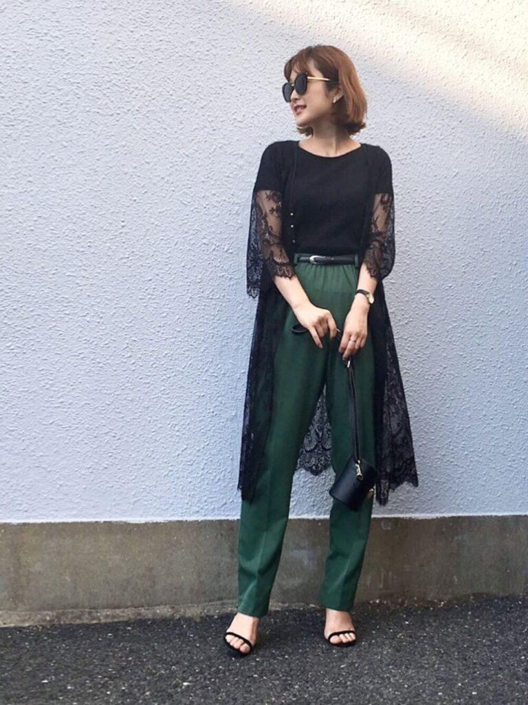 黒のTシャツ×グリーンのテーパードパンツ×サンダル×サマーガウンのレディースコーデ
