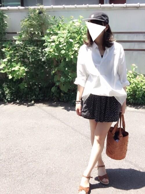 黒のキュロット×白のシャツ×ブラウンのサンダル×ブラウンのバッグ