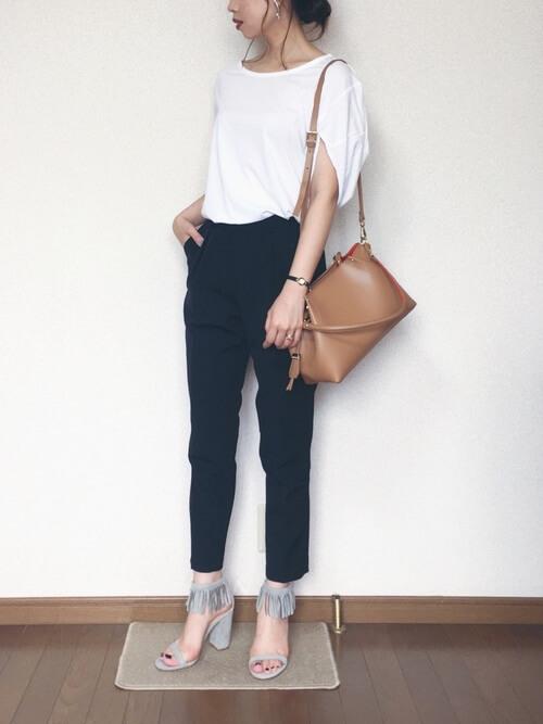 フリンジサンダル×白のTシャツ×ネイビーのパンツ×ブラウンのバッグ