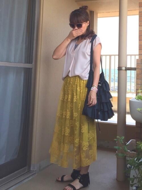 フリンジサンダル×ピンクのブラウス×グレーのタンクトップ×黄色のスカート
