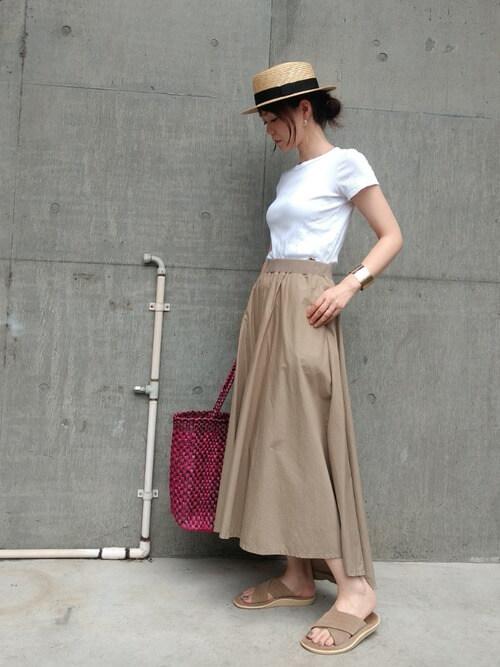アイランドスリッパ×白のTシャツ×ベージュのスカート×カンカン帽子