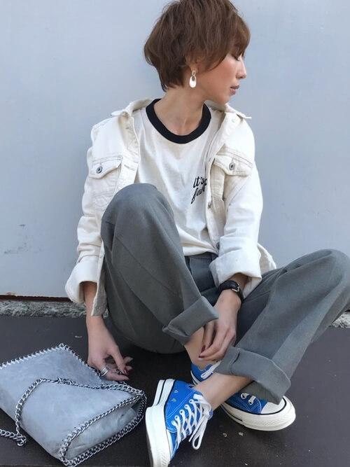 リンガーTシャツ×白のデニムジャケット×グレーのパンツ×ブルーのスニーカー