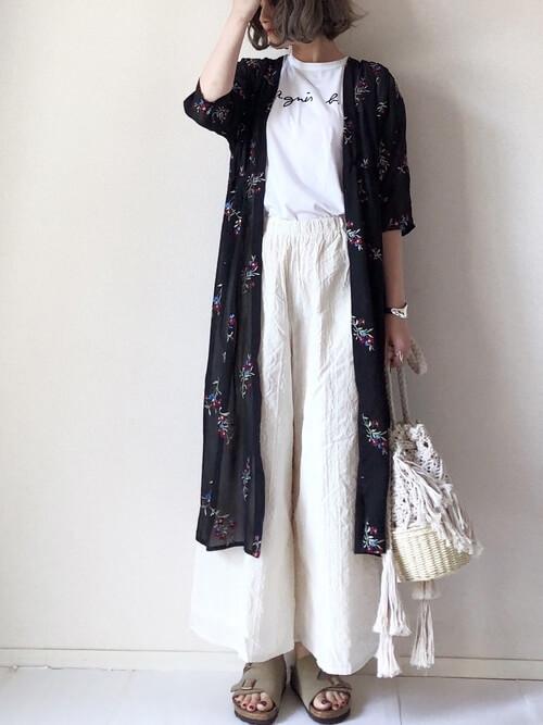 花柄ガウンワンピース×白のロゴTシャツ×白のワイドパンツ×ベージュのサンダル