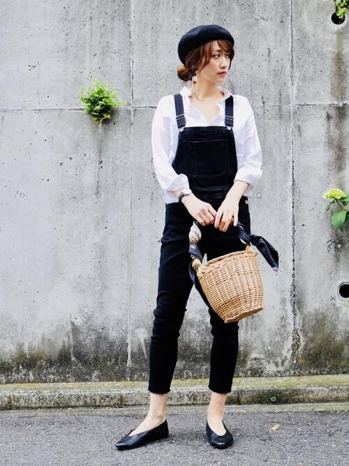 スカーフにバッグ×白のシャツ×デニムサロペット×黒のバレエシューズ
