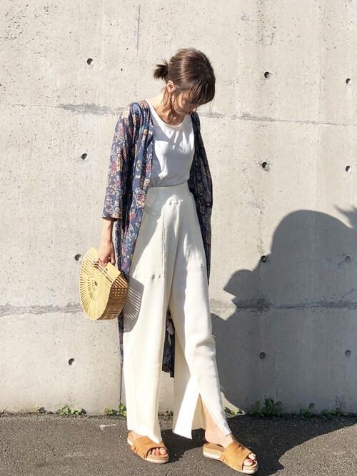 フリンジサンダル×花柄ワンピース×白のTシャツ×白のスリットパンツ×かごバッグ