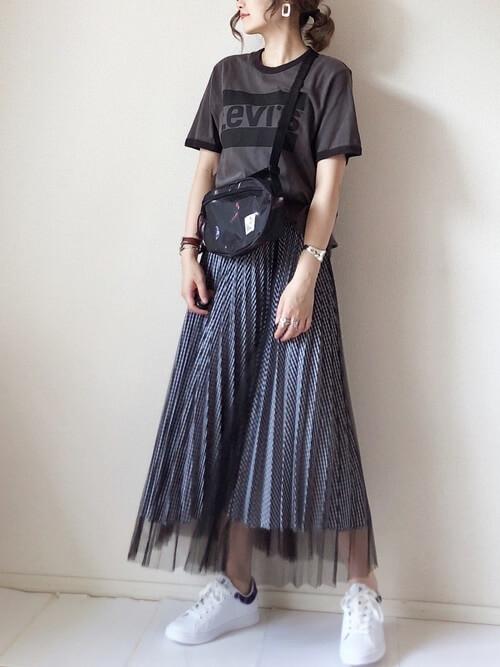 リンガーTシャツ×黒のチュールスカート×白のスニーカー×黒のショルダーバッグ