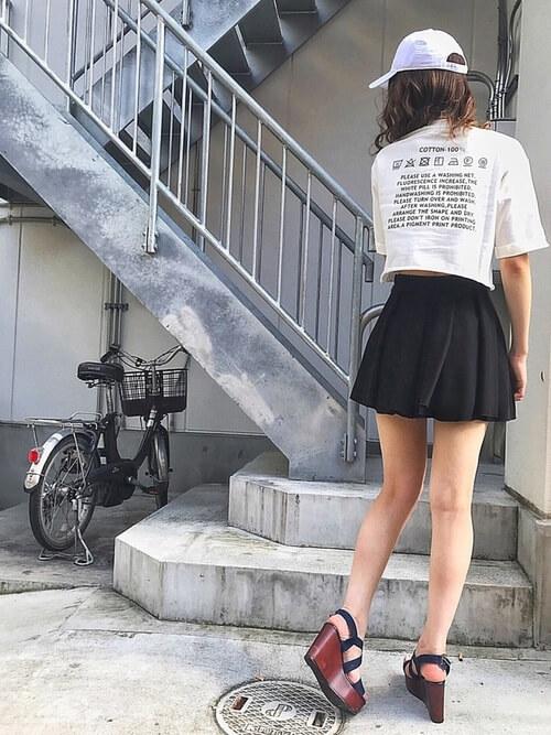 黒のキュロット×白のバックロゴTシャツ×黒のサンダル×白のキャップ