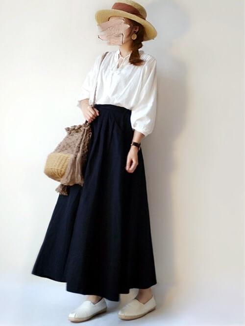 エスパドリーユ×黒のスカート×白のブラウス×麦わら帽子