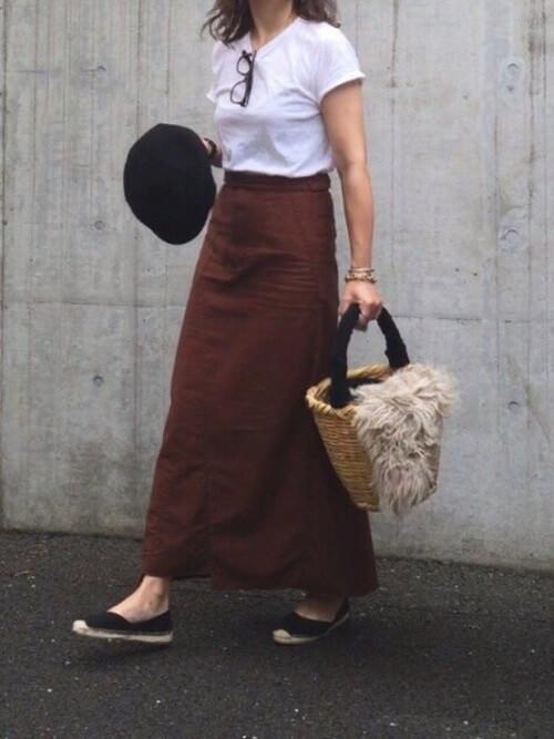 エスパドリーユ×ブラウンのスカート×白のTシャツ×かごバッグ