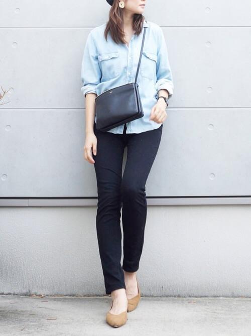 ネイビーのスキニーパンツ×ライトブルーのシャツ×ベージュのパンプス×黒のショルダーバッグ