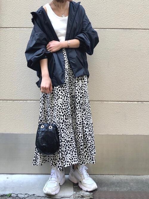 アディダスのハイテクスニーカー×黒のマウンテンパーカー×白のタンクトップ×レオパード柄のスカート