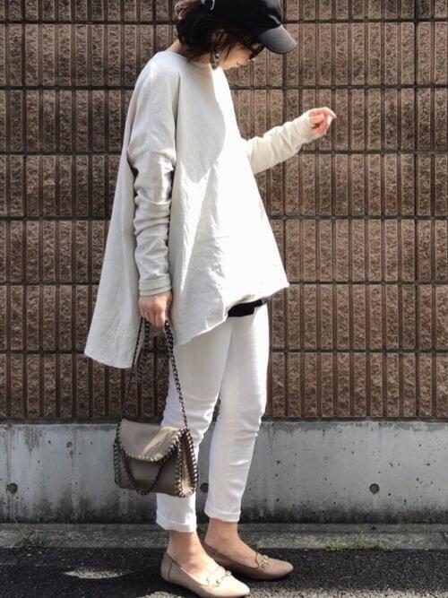 白のスキニーパンツ×ベージュのTシャツ×ベージュのパンプス×黒のキャップ