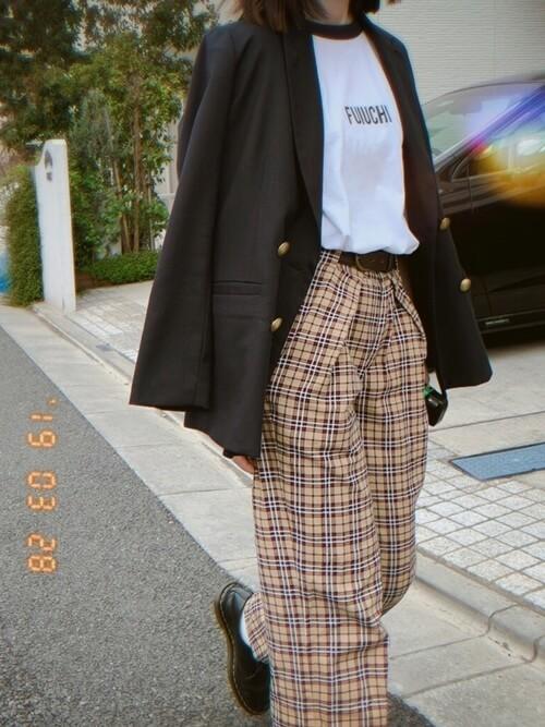 リンガーTシャツ×黒のジャケット×チェックのパンツ×黒のブーツ