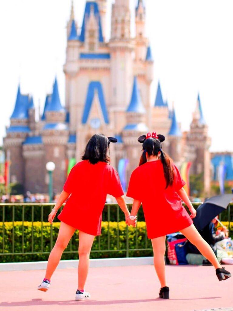 赤のTシャツワンピ×スニーカー×カチューシャのディズニー双子コーデ