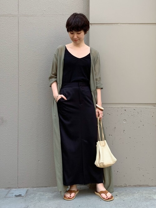 アイランドスリッパ×黒のタンクトップ×黒のスカート×グリーンのシャツワンピース×白のバッグ
