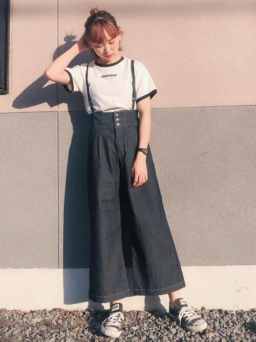 リンガーTシャツ×ワイドのハイウエストデニムパンツ×黒のスニーカー