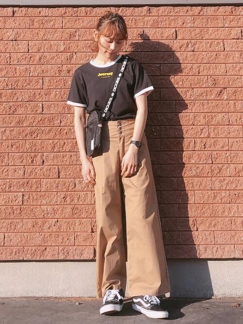 リンガーTシャツ×ベージュのワイドパンツ×黒のスニーカー×黒のショルダーバッグ