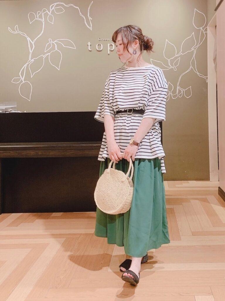 グリーンのフレアスカート×サンダル×ベルト×ボーダーチュニックの夏コーデ