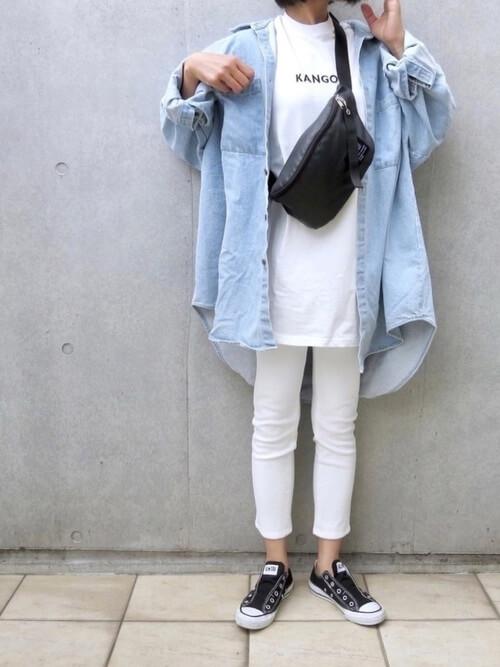 白のスキニーパンツ×デニムシャツ×白のTシャツ×黒のスリッポン×黒のショルダーバッグ