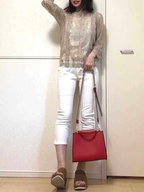 白のスキニーパンツ×ベージュのレーストップ×ブラウンのサンダル×赤のバッグ