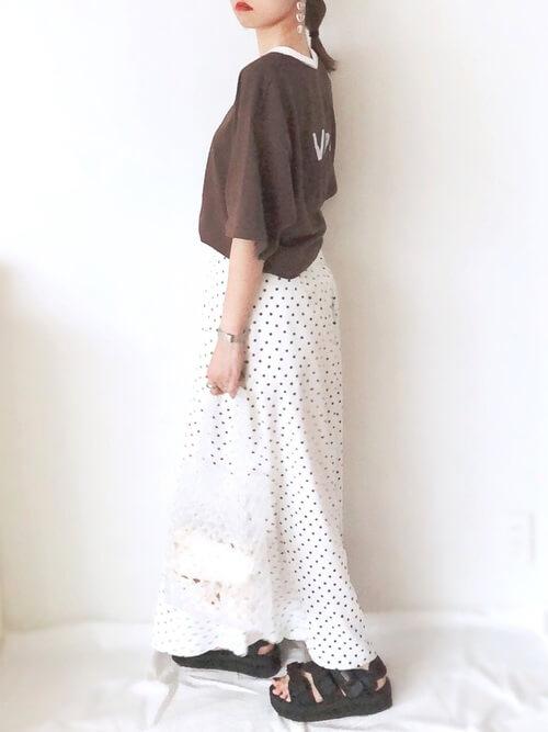 リンガーTシャツ×白のドット柄スカート×黒のスポーツサンダル