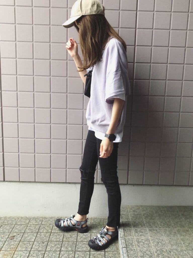 スウェットTシャツ×白T×黒スキニー×サンダル×キャップ