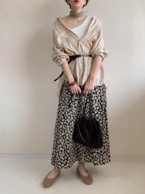 ワンショルダー×ベージュのシャツ×花柄のスカート×ブラウンのパンプス