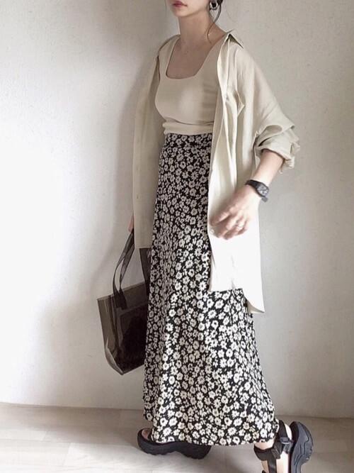 スポーツサンダル×ベージュのシャツ×白のタンクトップ×花柄のスカート