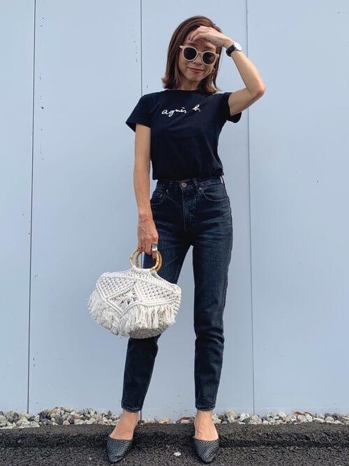 黒のロゴTシャツ×デニムパンツ×黒のメッシュサンダル×白のバッグ