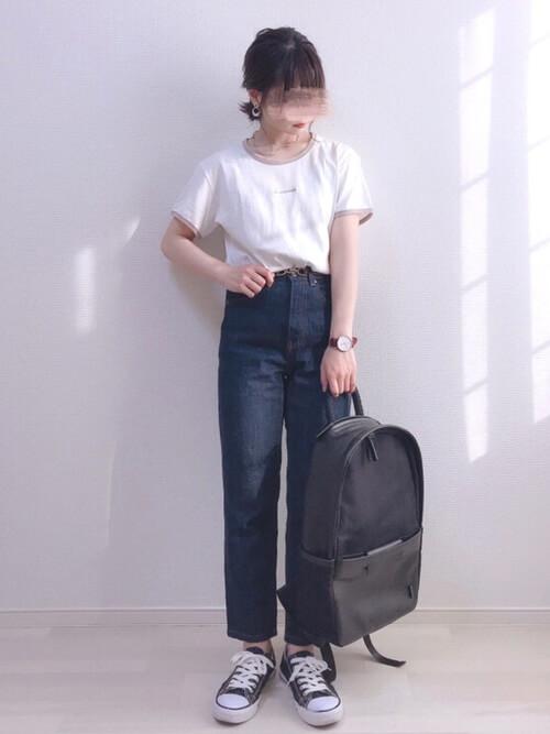 リンガーTシャツ×デニムパンツ×黒のスニーカー