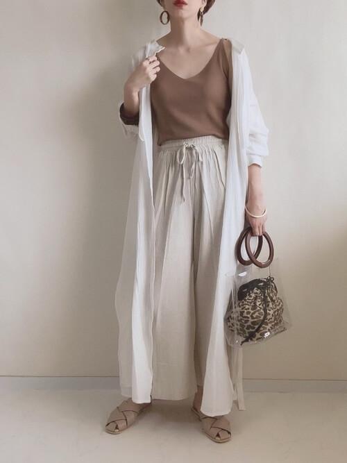 クリアバッグ×ブラウンのキャミソール×白のロングシャツ×ベージュのパンツ×ベージュのサンダル