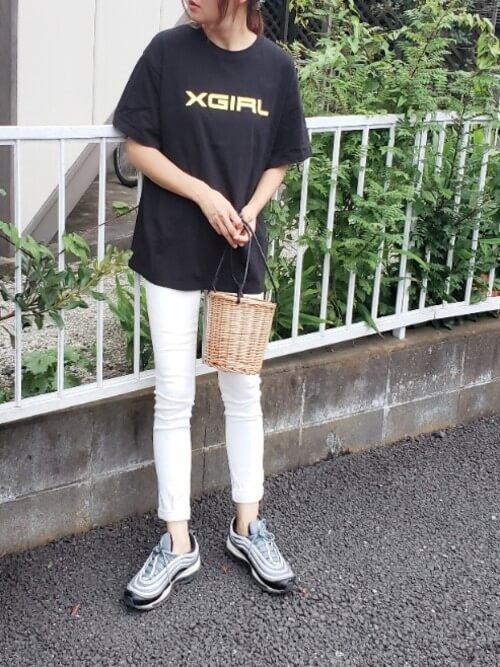 白のスキニーパンツ×黒のTシャツ×グレーのスニーカー×かごバッグ