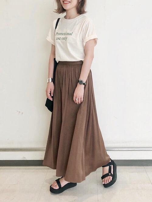 スポーツサンダル×ベージュのTシャツ×ブラウンのスカート