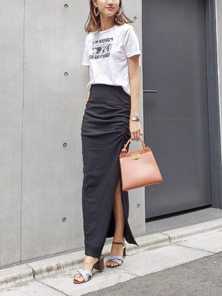 キャラTシャツ× サイドギャザータイトスカート×ヒールサンダル