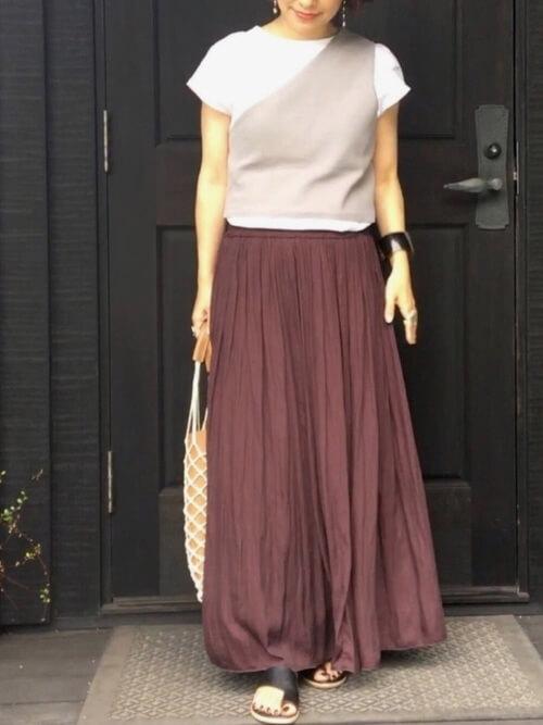 ワンショルダー×白のTシャツ×ブラウンのスカート×黒のトングサンダル