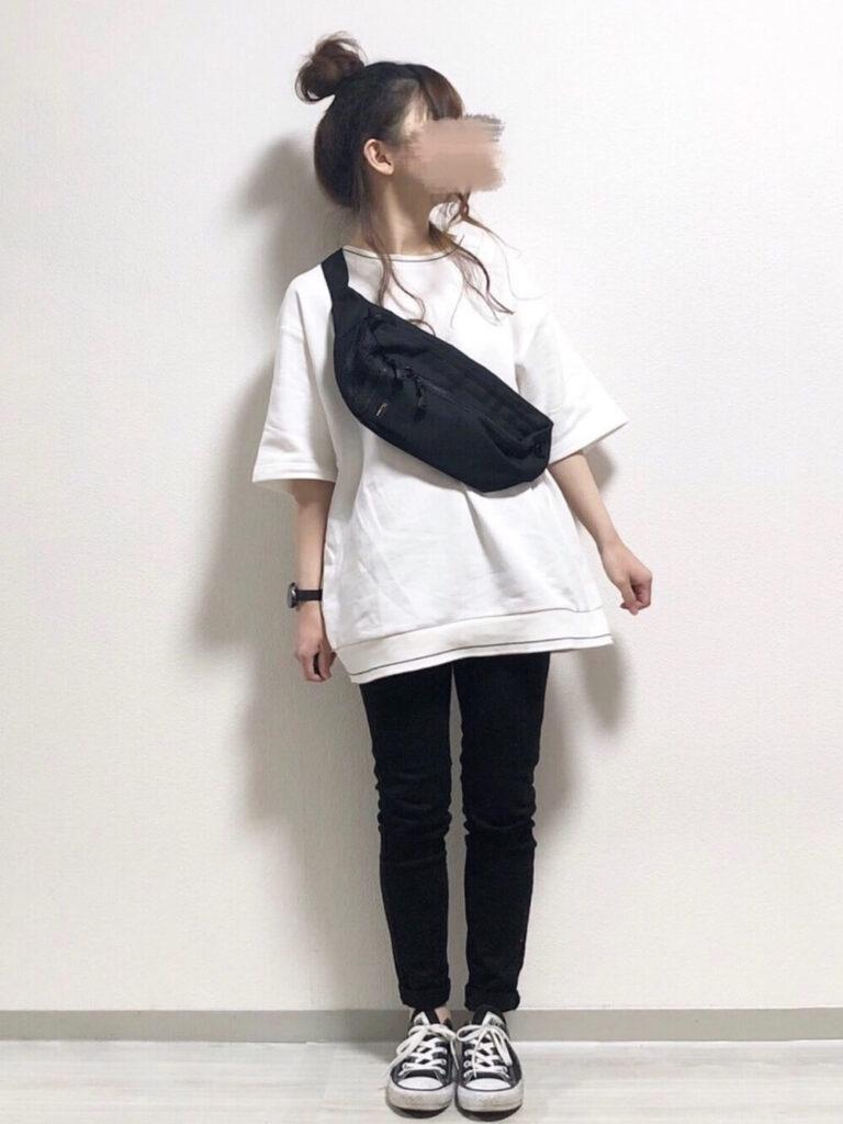 スウェットTシャツ×黒スキニー×スニーカー