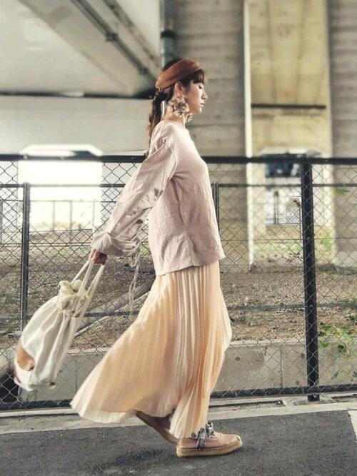 エスパドリーユ×ベージュのTシャツ×ベージュのプリーツスカート