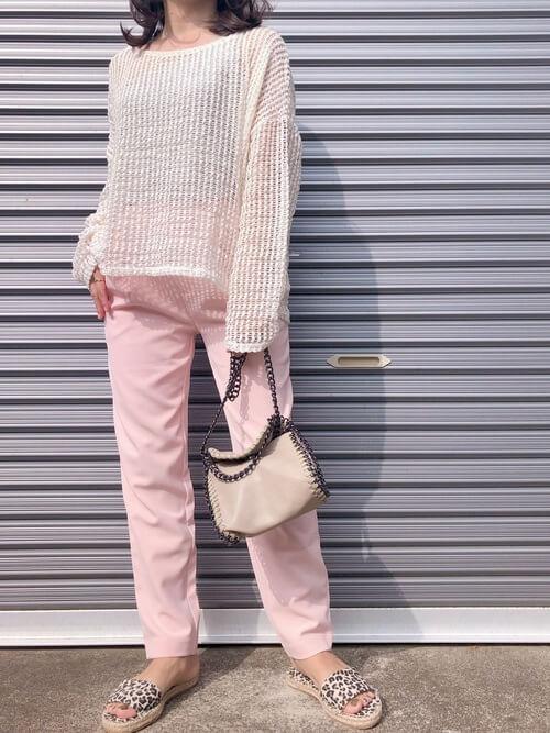 エスパドリーユ×ピンクのパンツ×ベージュのメッシュニット