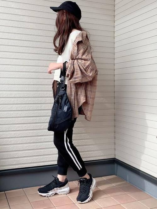 サイドラインパンツ×白のスエット×チェックのシャツ×黒のスニーカー×ボディバッグ