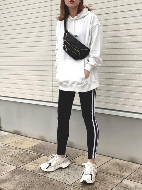 サイドラインパンツ×白のパーカー×白のスニーカー×黒のボディバッグ