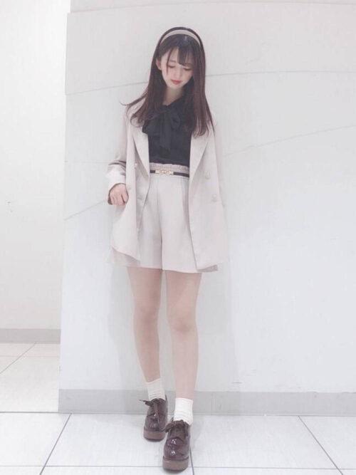 白のキュロット×白のジャケット×黒のビッグリボンブラウス×黒のベルト
