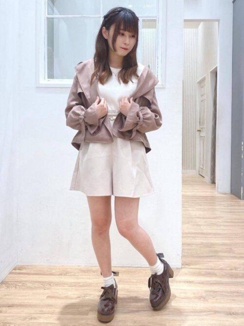 白のキュロット×ベージュのショートトレンチ×白のTシャツ