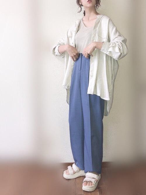 ワンショルダー×白のシャツ×ブルーのスラックス×白のサンダル