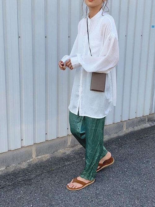 アイランドスリッパ×白のバンドカラーシャツ×グリーンのサテンパンツ×ブラウンのショルダーバッグ