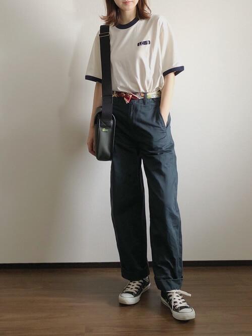 リンガーTシャツ×ネイビー系のパンツ×黒のスニーカー×バンダナベルト