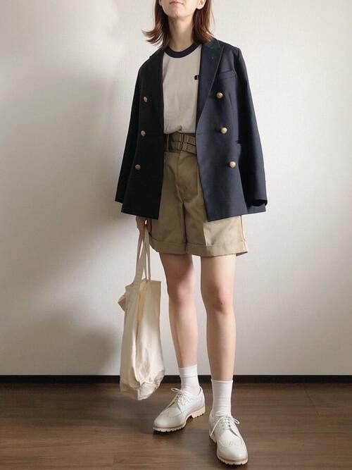 リンガーTシャツ×黒のテーラードジャケット×ベージュのショートパンツ×白のスニーカー