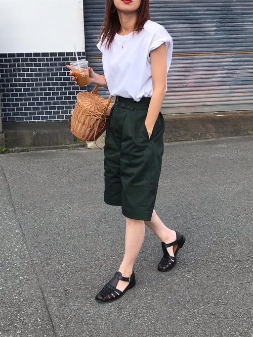 グルカサンダル×グリーンのハーフパンツ×白のTシャツ×かごバッグ
