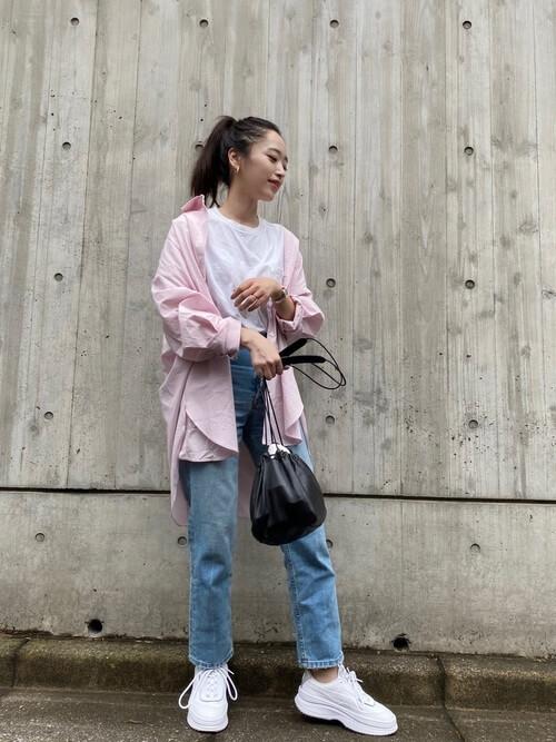 プーマのハイテクスニーカー×ピンクのシャツ×白のTシャツ×デニムパンツ