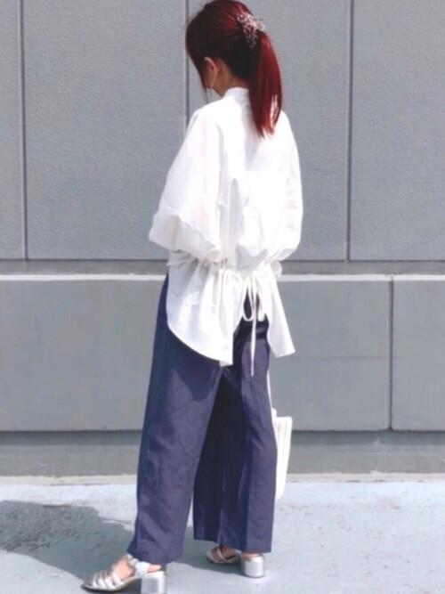 スキッパーシャツ×ネイビーのワイドパンツ×シルバーのサンダル
