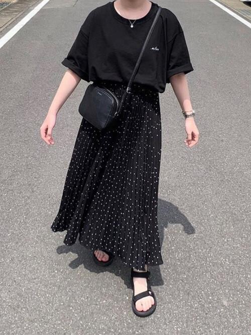 黒のロゴTシャツ×黒のドット柄プリーツスカート×黒のショルダーバッグ×黒のサンダル